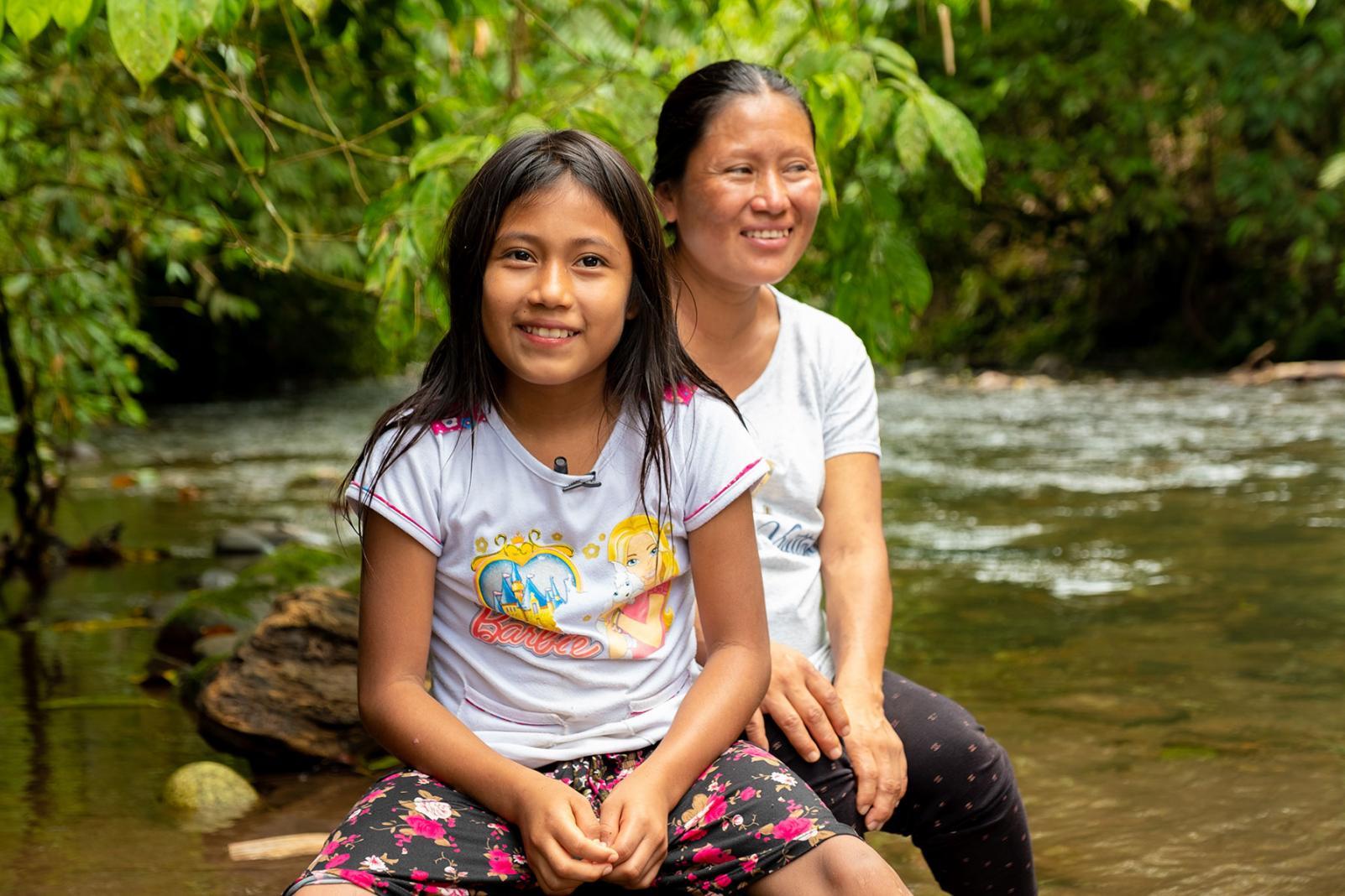 Raiza, niña de la comunidad amazónica de Pandayacu junto a su madre