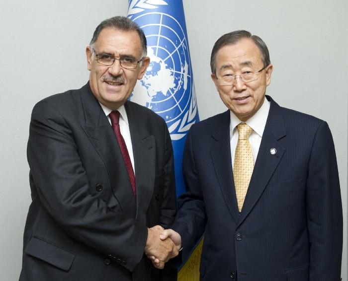 Miguel Bermeo-Estrella y el ex Secretario General Ban Ki-moon estrechan la mano en Nueva York