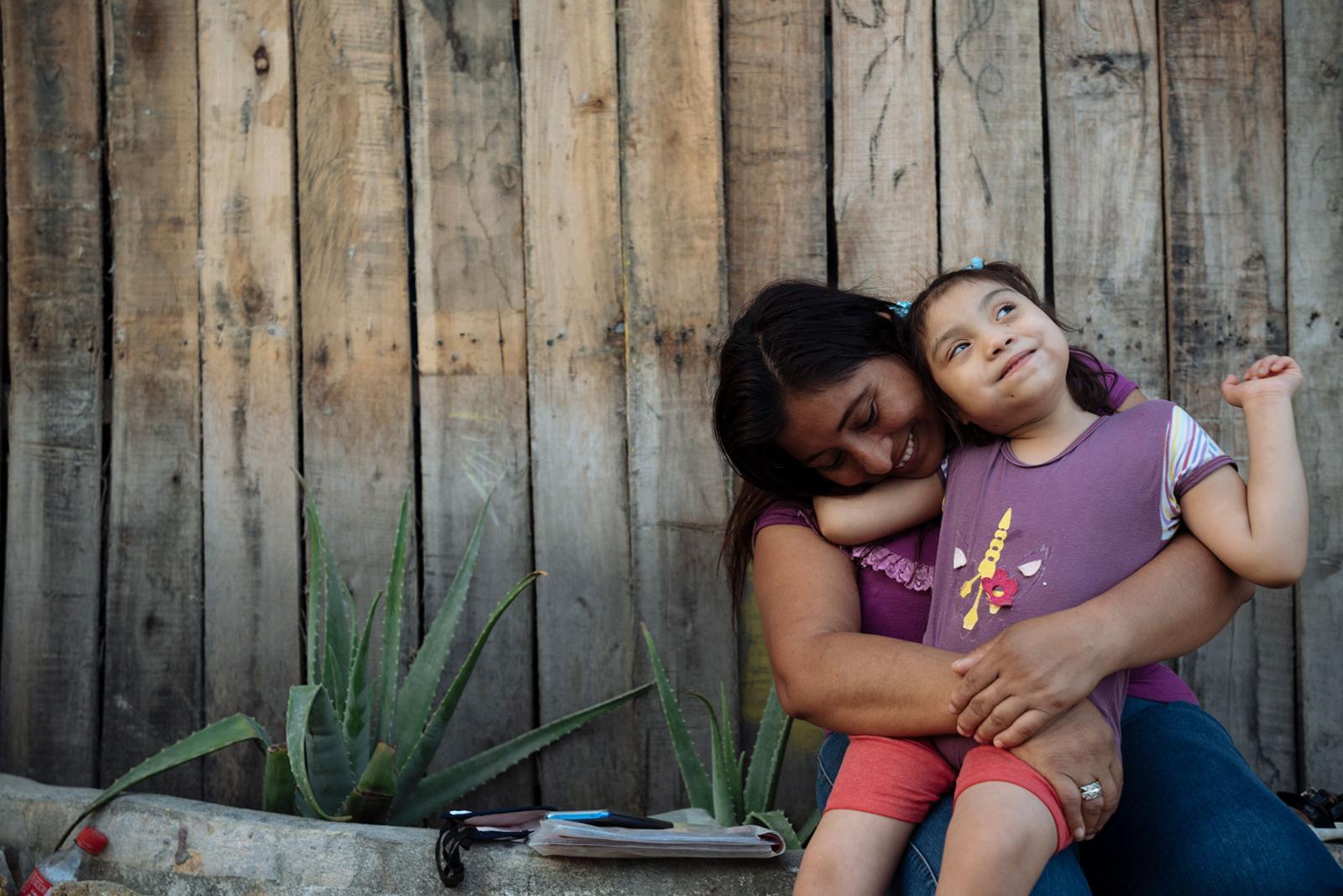 Magdalena Zambrano y su hija Brithany, habitantes de Monte Sinaí, en Guayaqui, Ecuador