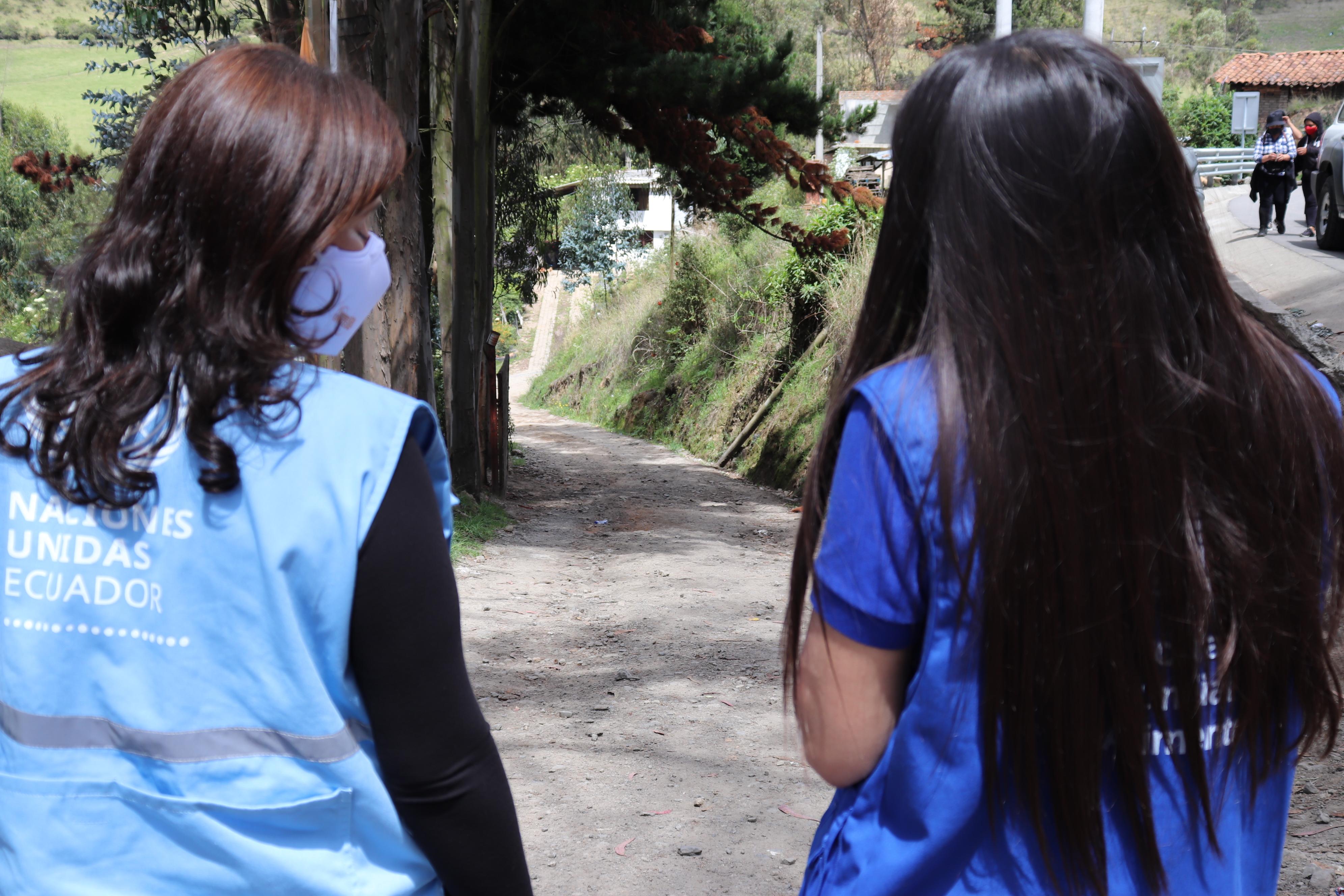 """Lena Savelli recorre """"trochas"""" en el límite entre Ecuador y Colombia"""