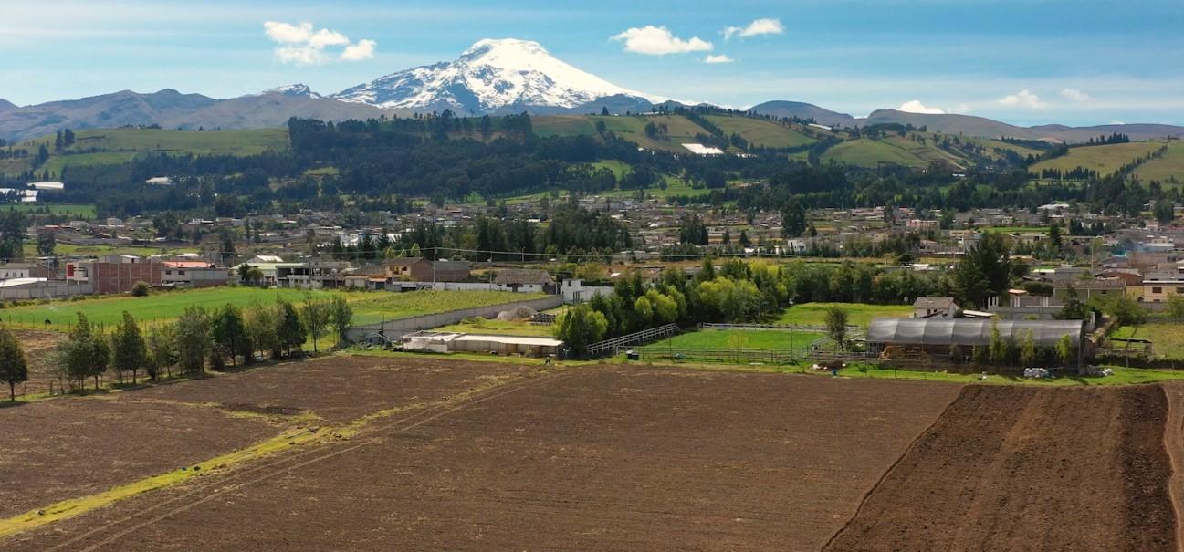 Vista general de las comunidades que forman la Corporación 'El Hato', a los pies del majestuoso volcán Cayambe.